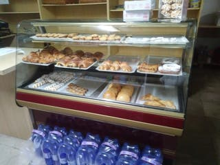 Vitrinas de pastelería, batidora y estantería