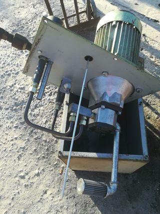 Motor trifásico con bomba hidráulica