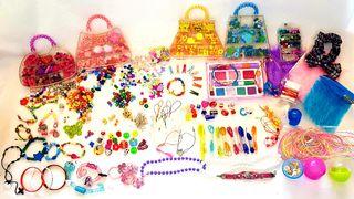 Abalorios, pulseras, collares, adornos, maquillaje