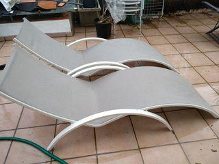 Conjunto jardín: tumbonas, sombrilla, baúl y mesa