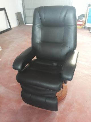 sillón de piel negro con pie de madera