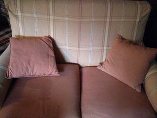 sofá de dos plazas rosa y amarillo