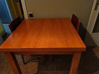 Mesa de comedor y 2 sillas