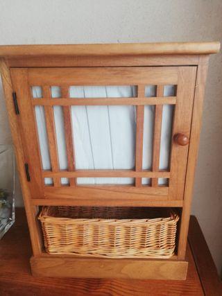 Mueble de madera , con cestito de mimbre y visillo
