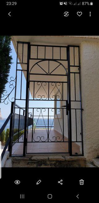Puerta de hierro forjado negra