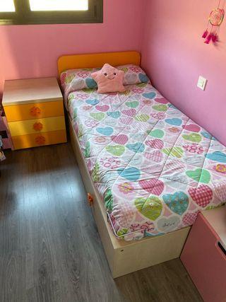 Habitación con 2 camas,mesilla,estanteria .