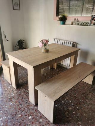 mesa y dos bancos
