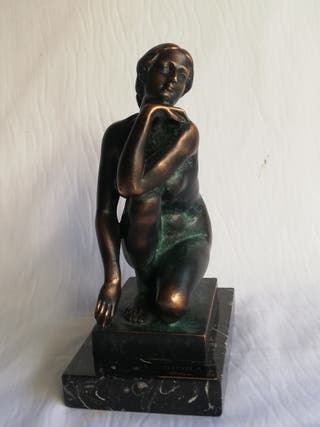 Escultura mujer de bronce