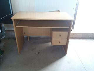 escritorio y estanterías