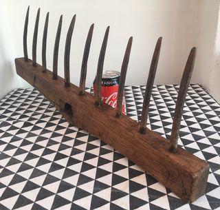 Antiguo rastrillo de madera y hierro