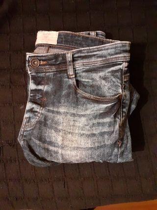 Pantalones tejanos descoloridos.