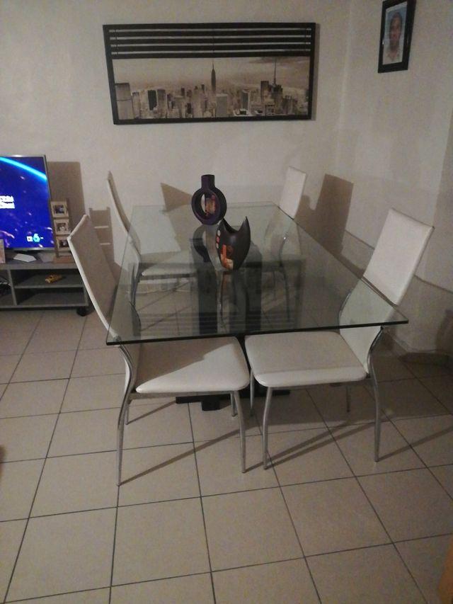 vendo mesa de cristal con 4 sillas blancas