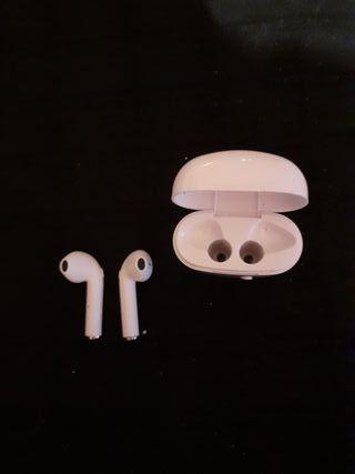 Auriculares inalámbricos con micrófono.