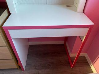 Mesa blanca y rosa con cajón