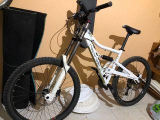 Se vende bicicleta de descenso o enduro