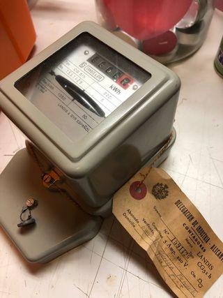 Antiguo contador de luz vintage