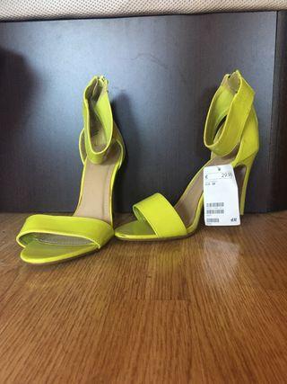 Sandalias con tacón amarillas.