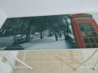 mesa escritorio de cristal con motivos de Londres