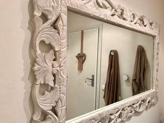 Espejo blanco de madera.