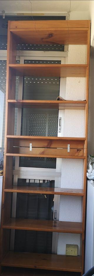Dos estanterías de madera maciza
