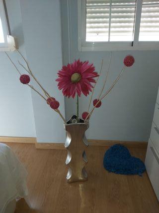 jarron con adornos rosa fucsia moderno