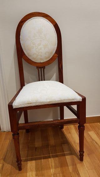 mesa auxiliar y dos sillas