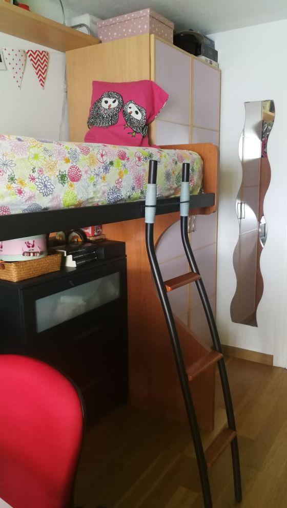 habitación juvenil, cama con escalera.