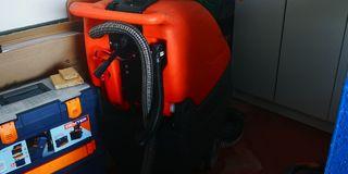 Máquina fregadora industrial de baterías