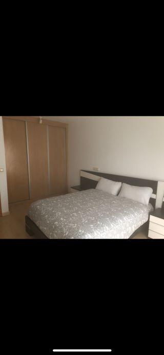 Dormitorio con cabecero, mesitas y cómoda