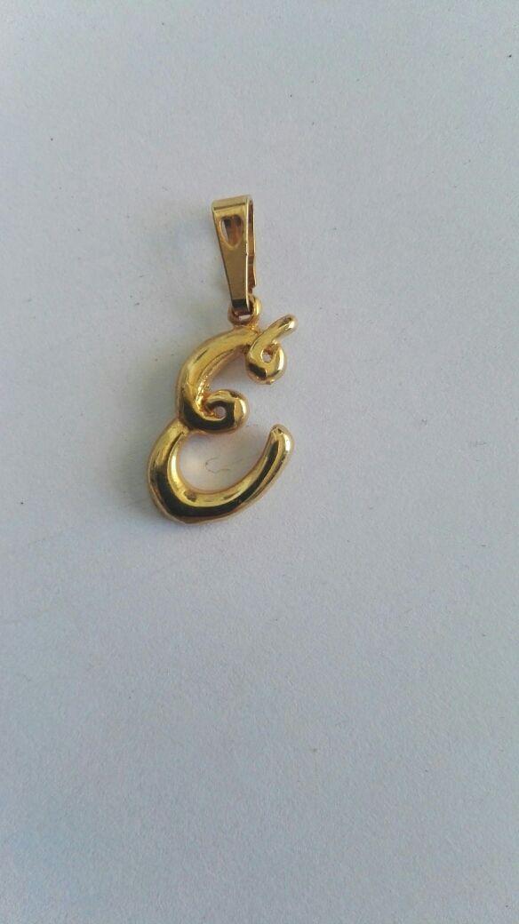 Colgante chapado oro inicial letra E