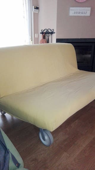 Sofá cama con dos fundas.