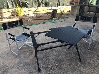 Mesa y sillas de camping.