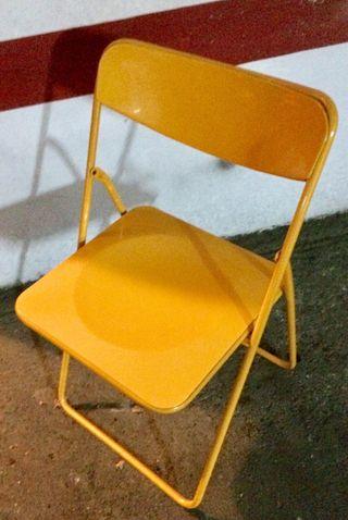 Dos sillas plegables de plástico