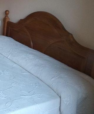 Cama, cómoda, mesilla, colchón (madera de castaño)