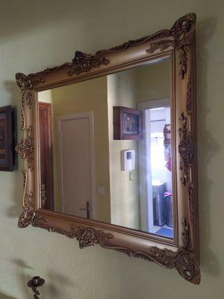 Espejo vintage con marco dorado.