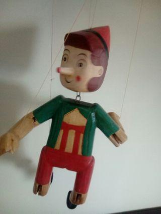 marioneta dehilos, pinocho de madera.
