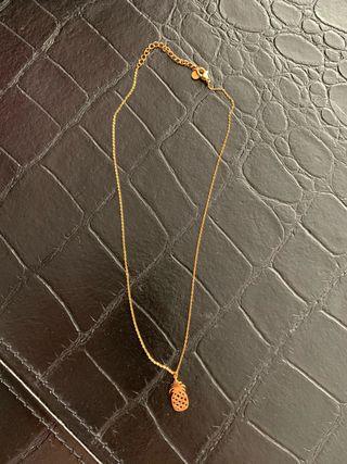 Collar/gargantilla de acero dorado con piña.