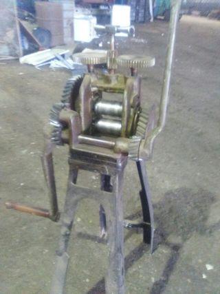 Laminador de metales antiguo manual