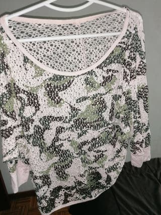 camiseta estilo militar con agujeritos