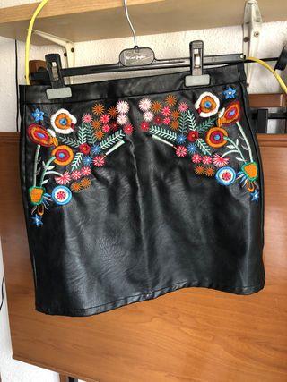 Falda negra con detalles