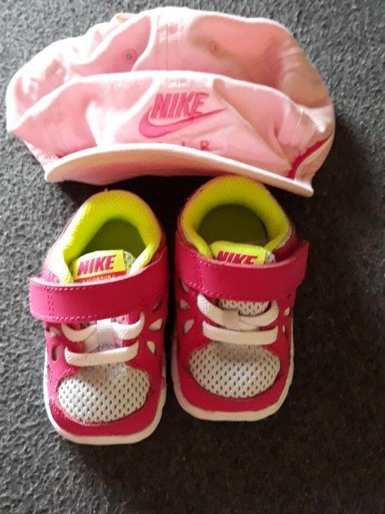 gorra niña de 6-12 Nike y bambas del 17