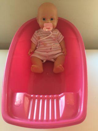 Muñeca bebé recién nacido y su bañera