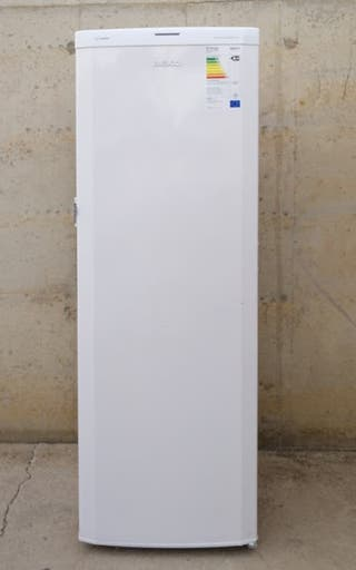 Congelador vertical BEKO 60x55x185cm