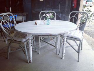 Mesa con alas patinada en blanca