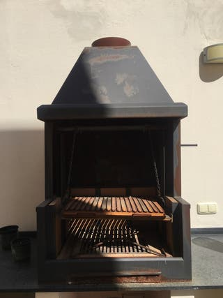 Barbacoa metálica para carbón y leña