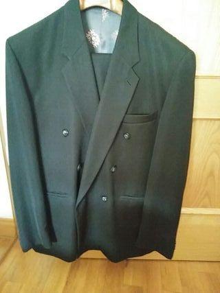 traje negro. marca CARAMELO