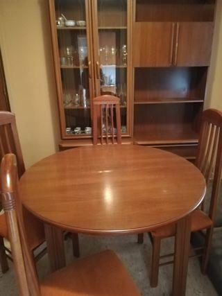 Mesa de comedor y juego de 4 sillas.