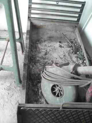 Barbacoa con 2 patas y 2 ruedas.llamando 600387538