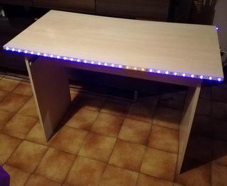 escritorio con luces LED