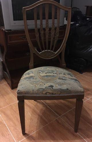 Mesa y sillas comedor antigua.